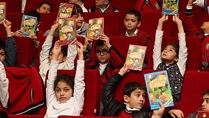 Başkan amcalarından çocuklara hediye kitap!
