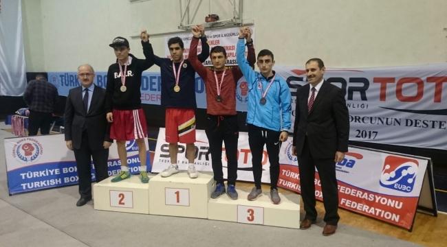 Büyükşehirli boksörlerden 3 madalya