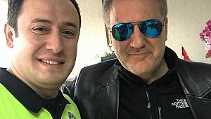 Ünlü oyuncu Gebze polisiyle selfie yaptı!
