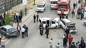 3 araç birbirine girdi: Yaralılar var