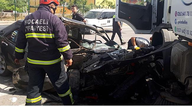 Otomobil temizlik aracına çarptı