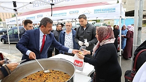 Karabacak vatandaşlara aşure dağıttı