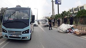 Minibüs, çekçekli adama çarptı