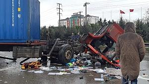 Otomobille çarpışan kamyon karşı şeride geçti