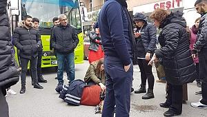 Zabıta personeli, üşümesin diye yaralının üzerine montunu örttü!