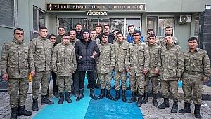 Canlandırdıkları kahramanlarla Irak sınırında buluştular