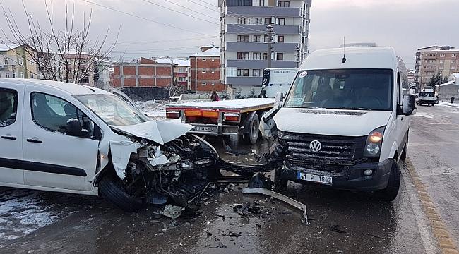 Servis minibüsü ile hafif ticari araç çarpıştı: 3 yaralı