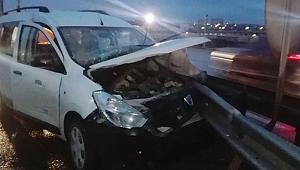 Otomobil bariyere saplandı: 4 yaralı