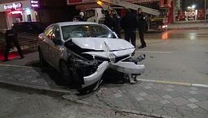 Otomobil dükkana girdi, sürücü kaçtı