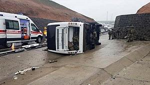 Askerleri taşıyan otobüs devrildi! 1 asker şehit, 20 yaralı