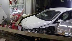 Otomobil pilavcı dükkanına girdi: Yaralılar var