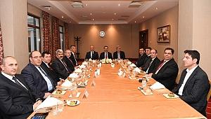 Vali Aksoy'dan Karaosmanoğlu'na veda yemeği