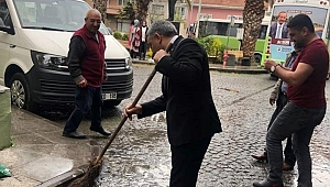 Çevreci başkan sokağı süpürdü!