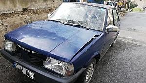 Otomobil refüje çarptı: Yaralılar var