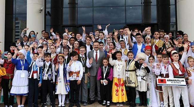 Vali Aksoy dünya çocuklarıyla buluştu
