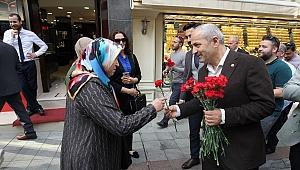 Başkan Büyükgöz, Annelere çiçek hediye etti