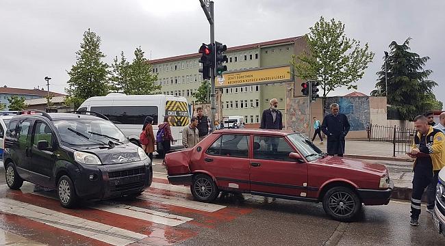 Gebze'de okula giden 2 öğrenciye araba çarptı