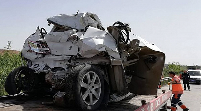 Gebze'de Tır otomobile çarptı: 2 yaralı