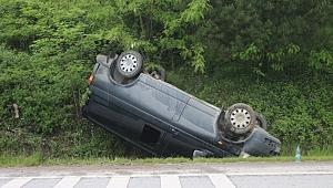 Kontrolden çıkan minibüs su kanalına devrildi