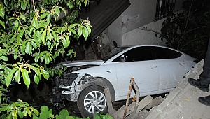 Otomobil bahçeye uçtu, 2 kişi ağır yaralandı