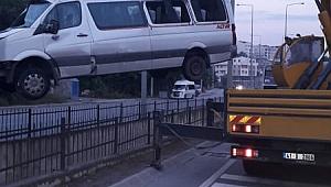 Gebze'de servis minibüsü su kanalına uçtu!