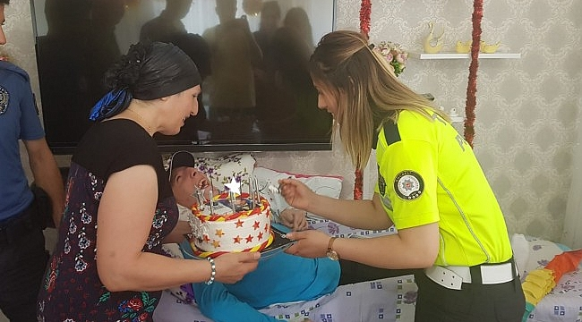 Polisten engelli Can Ulaş'a sürpriz doğum günü