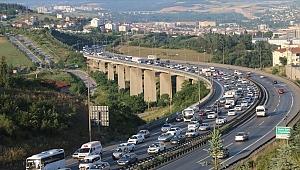 Tatil dönüşü trafik yoğunluğu sürüyor