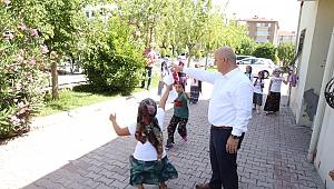 Başkan Bıyık, çocuklarla mendil kapmaca oynadı