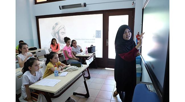 Bilgievi öğrencileri İngilizce öğreniyor