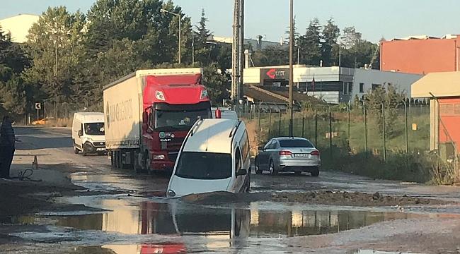 Gebze'de yol çöktü, otomobil çukura düştü