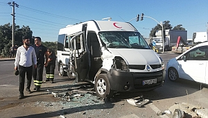 Servis otobüsü, kırmızı ışıkta geçen minibüse çarptı: 6 yaralı