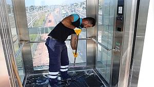 Üst geçitlerdeki asansörler tertemiz
