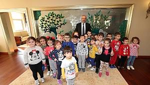 Minik öğrencilerden Başkan'a Sürpriz ziyaret