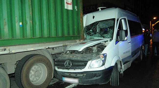 Servis minibüsü park halindeki TIR'a çarptı: 4 yaralı