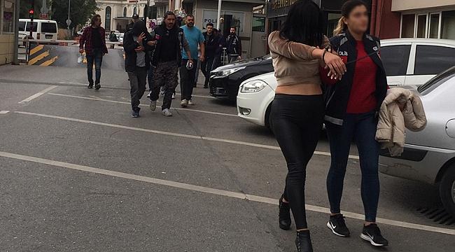 Şoförü kadınla oyalayıp, kamyonları çaldılar
