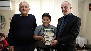 Başkan Büyükakın'ın gönderdiği kitaplar  küçük Barış'a moral oldu