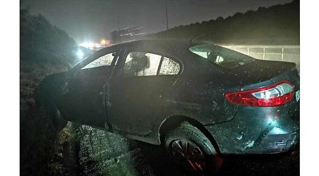 Gebze'de otomobil yol kenarındaki ağaçlara çarptı: 2 yaralı