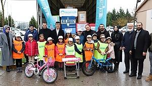 Suriyeli kardeşlerine oyuncak gönderdiler