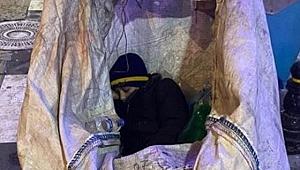 Gebze'de yürek burkan görüntü! Soğuk havada kağıt arabası içinde uyudu