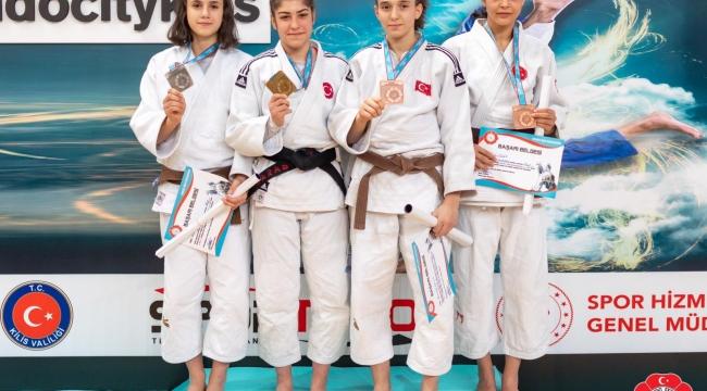 Judoculardan madalya yağmuru