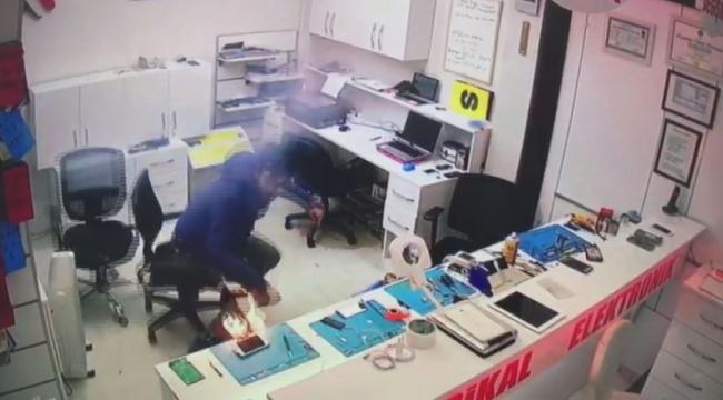 Tamir etmeye çalıştığı telefonun bataryası patladı