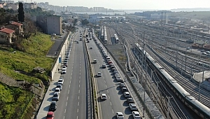 Gebze-Halkalı marmaray istasyonu çevresine park eden yüzlerce araç havadan görüntülendi