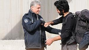 İntihardan vazgeçti, polisle yumruk selamı yaptı
