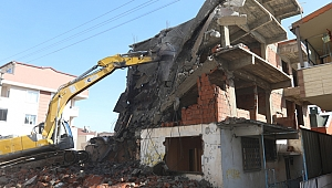 Çayırova Belediyesi tehlikeli binayı yıktı
