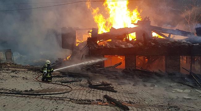 Kartepe'de ahşap restoran alev alev yandı