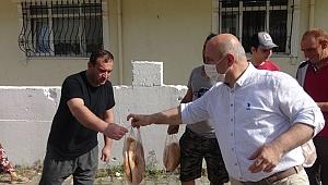 Fırıncı belediye başkanı, kapı kapı gezerek pide dağıtıyor