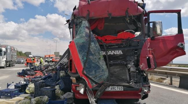 TIR'ların çarpıştığı kazada meyve ve sebzeler yola saçıldı