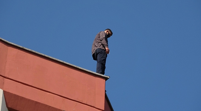 7 katlı binanın çatısındaki intihar girişimini görüntülediler