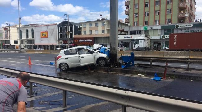 Bariyerlere ve yön tabelası direğine çarpan otomobilin sürücüsü yaralandı
