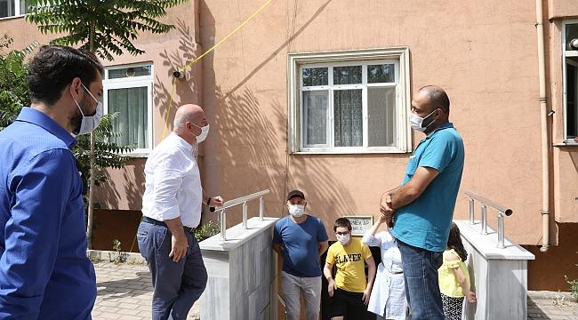 Başkan Bıyık, karantina altındaki sokağı ziyaret etti